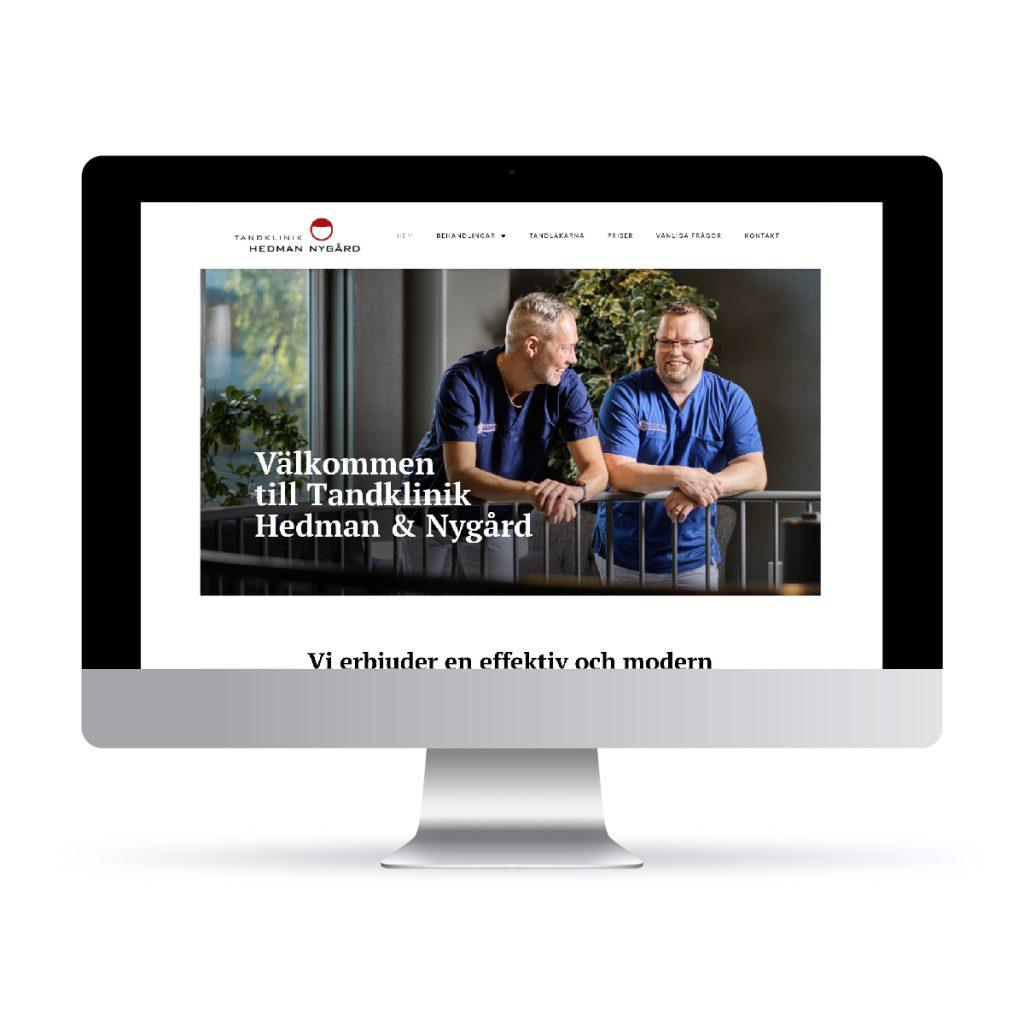 Datorskärm med framsidan av tandklinik Hedman & Nygårds webbsida